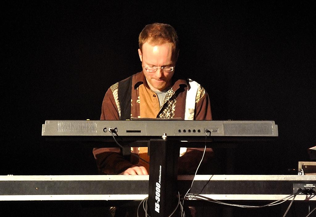 Sven Gömann an den Keyboards
